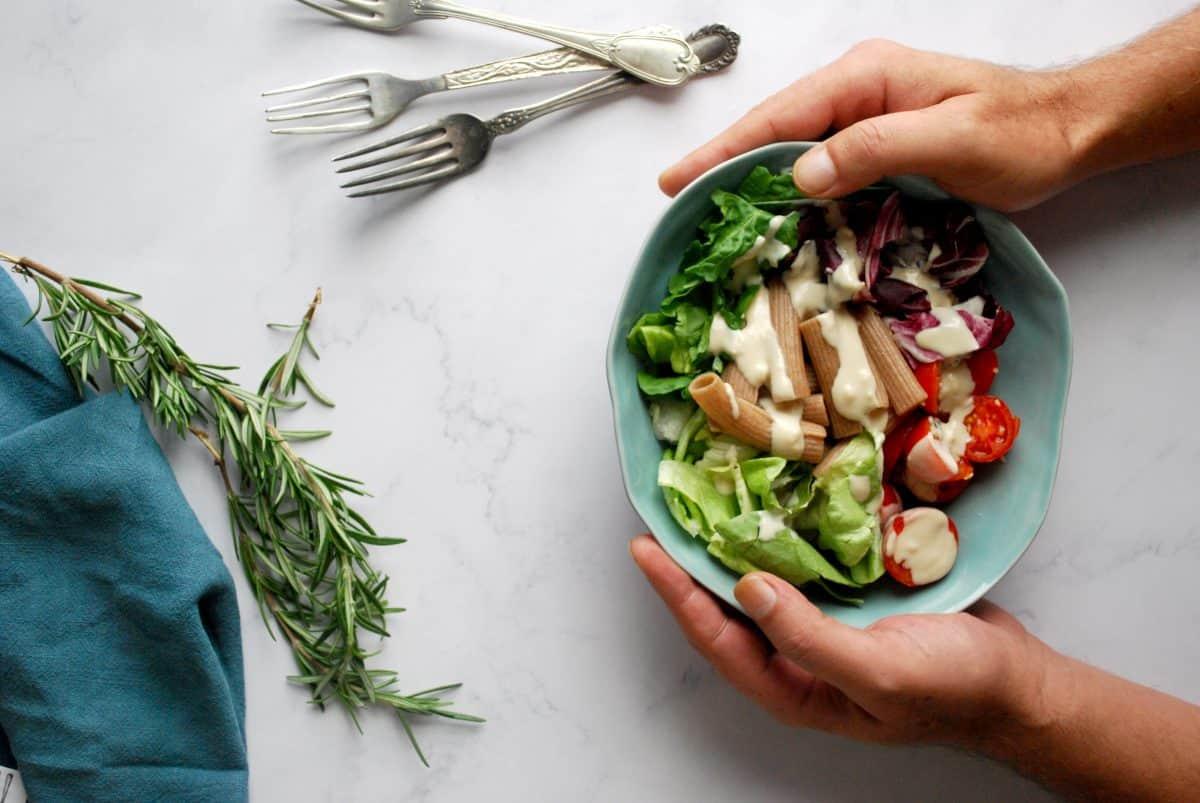 πράσινη σαλάτα με dressing ταχίνι