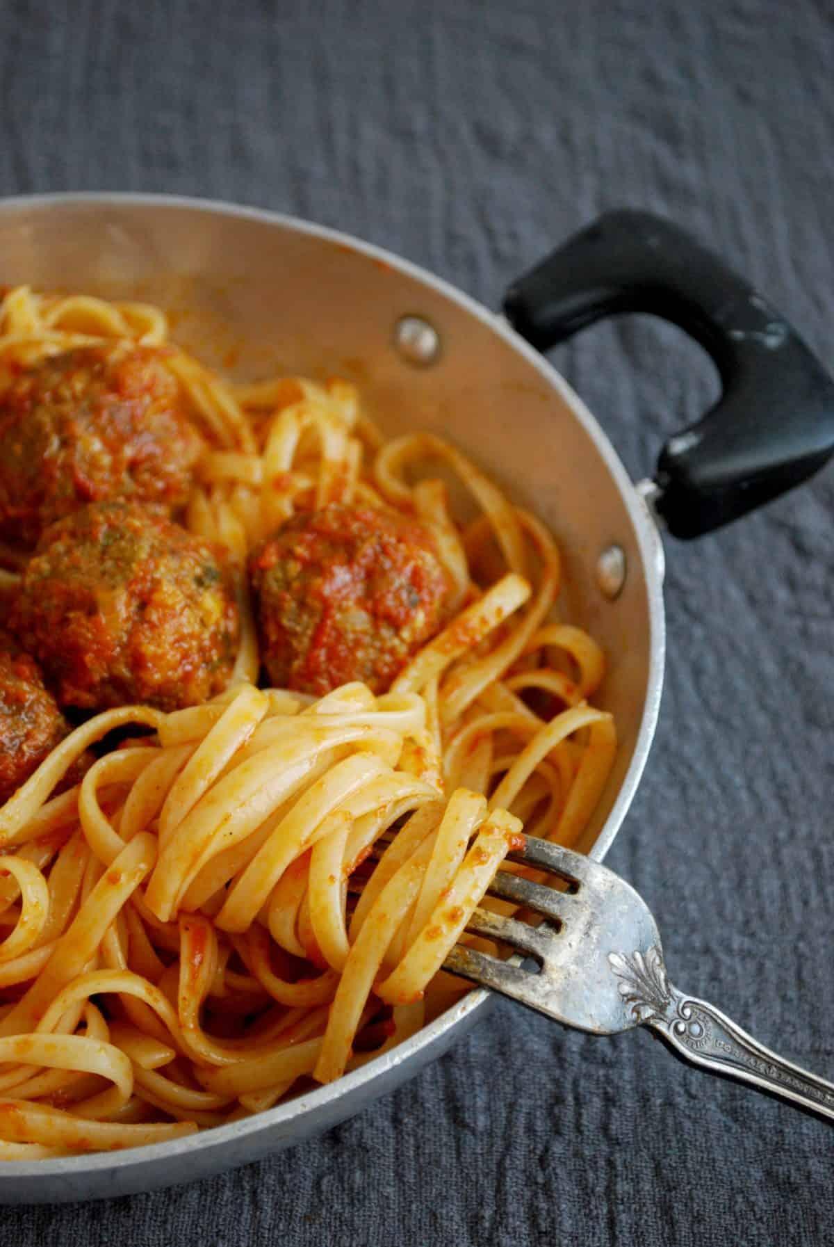 μακαρόνια, linguini με κεφτεδάκια κόκκινη σάλτσα, με μοσχαρίσιο και πρόβειο κιμά
