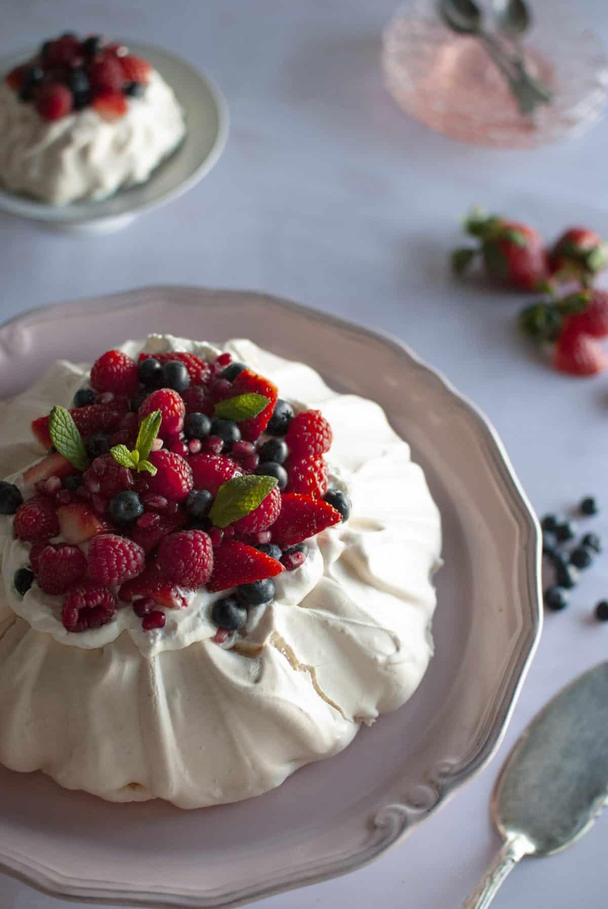 πάβλοβα, pavlova φράουλας με berries