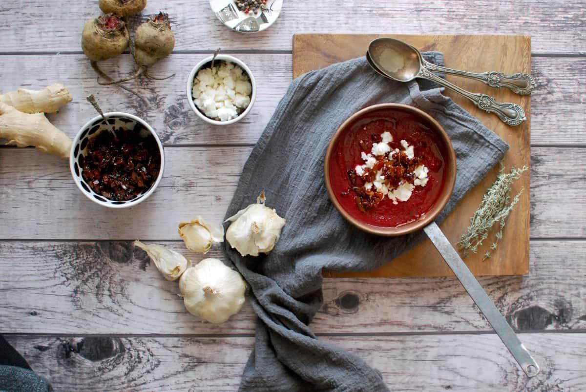 σούπα με παντζάρι, τρίμματα φέτας, μπέικον, μαρμελάδα μπέικον