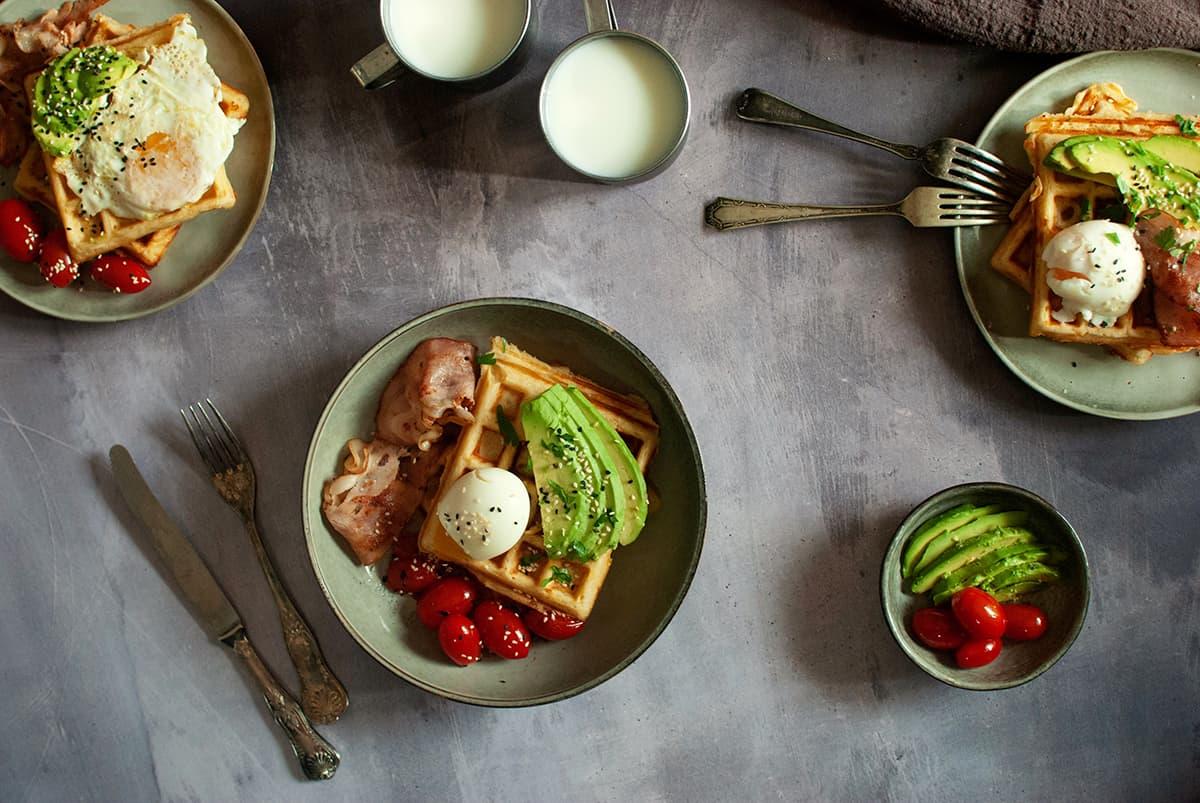 συνταγή για αλμυρή βάφλα στο σπίτι με αβγά, μπέικον, αβοκάντο