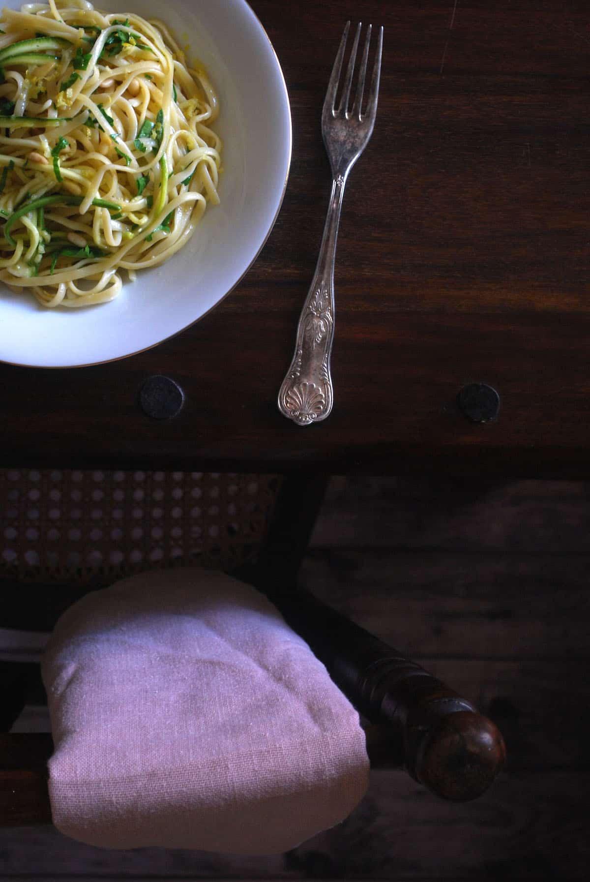 ζυμαρικά με λεμόνι, σκόρδο και κολοκυθάκια
