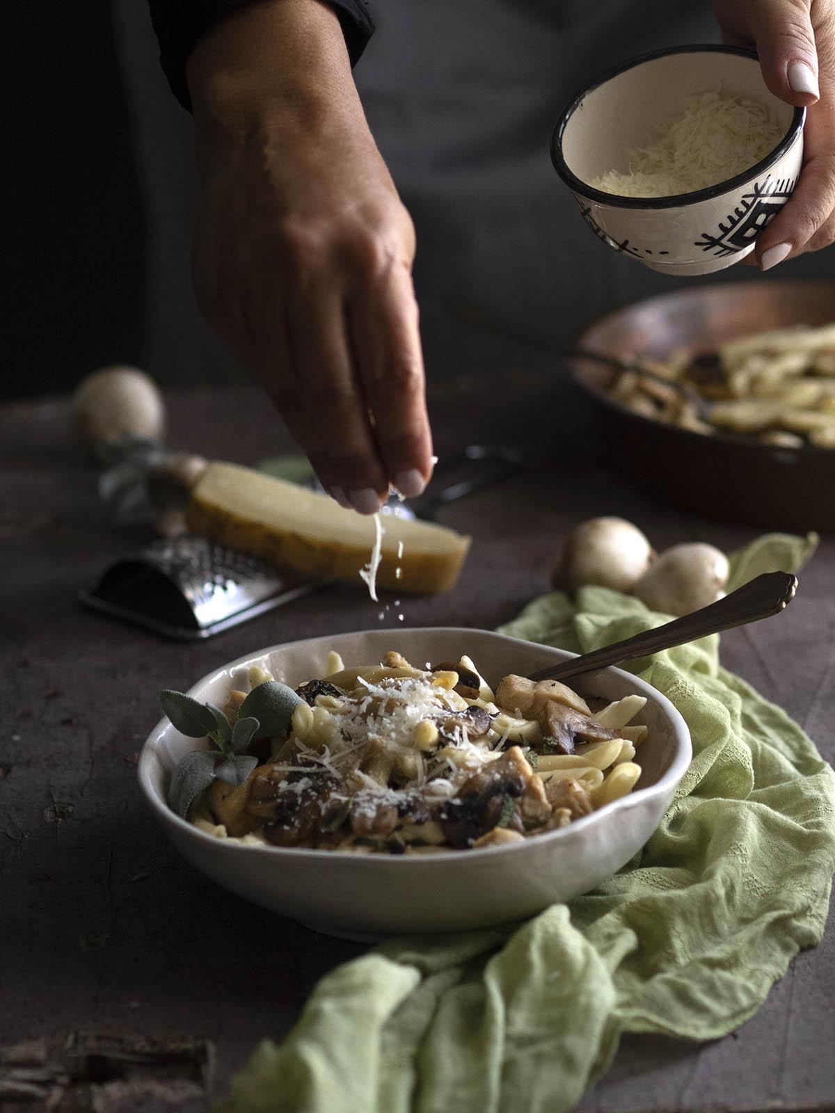 Ζυμαρικά με μανιτάρια φασκόμηλο & κοτόπουλο σκιουφικτά