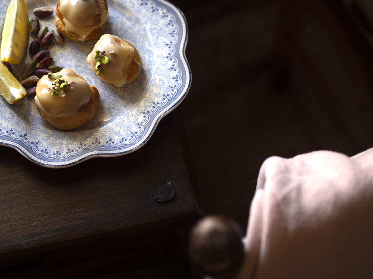 διαφορετικό προφιτερόλ με κρέμα λεμονιού και κάρδαρμο και λευκή σοκολάτα