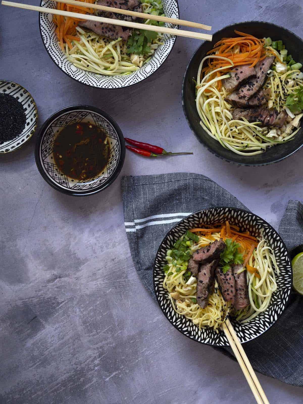 noodles νούντλς με μαριναρισμένο μοσχάρι σόγια, τζίντζερ