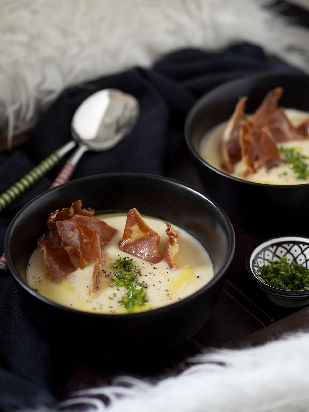 βελουτέ σούπα πατάτας με λάδι τρούφας και τραγανό προσούτο