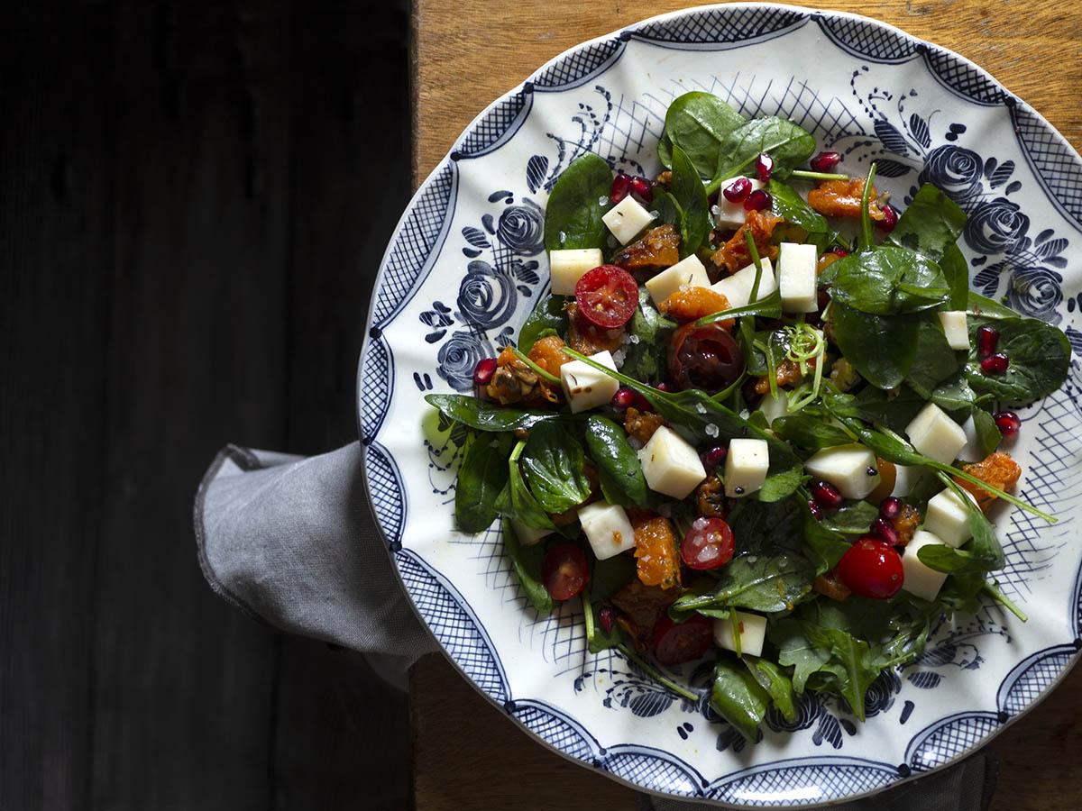 χριστουγεννιάτικη εορταστική σαλάτα με κολοκύθα, ρόδι, τυρί