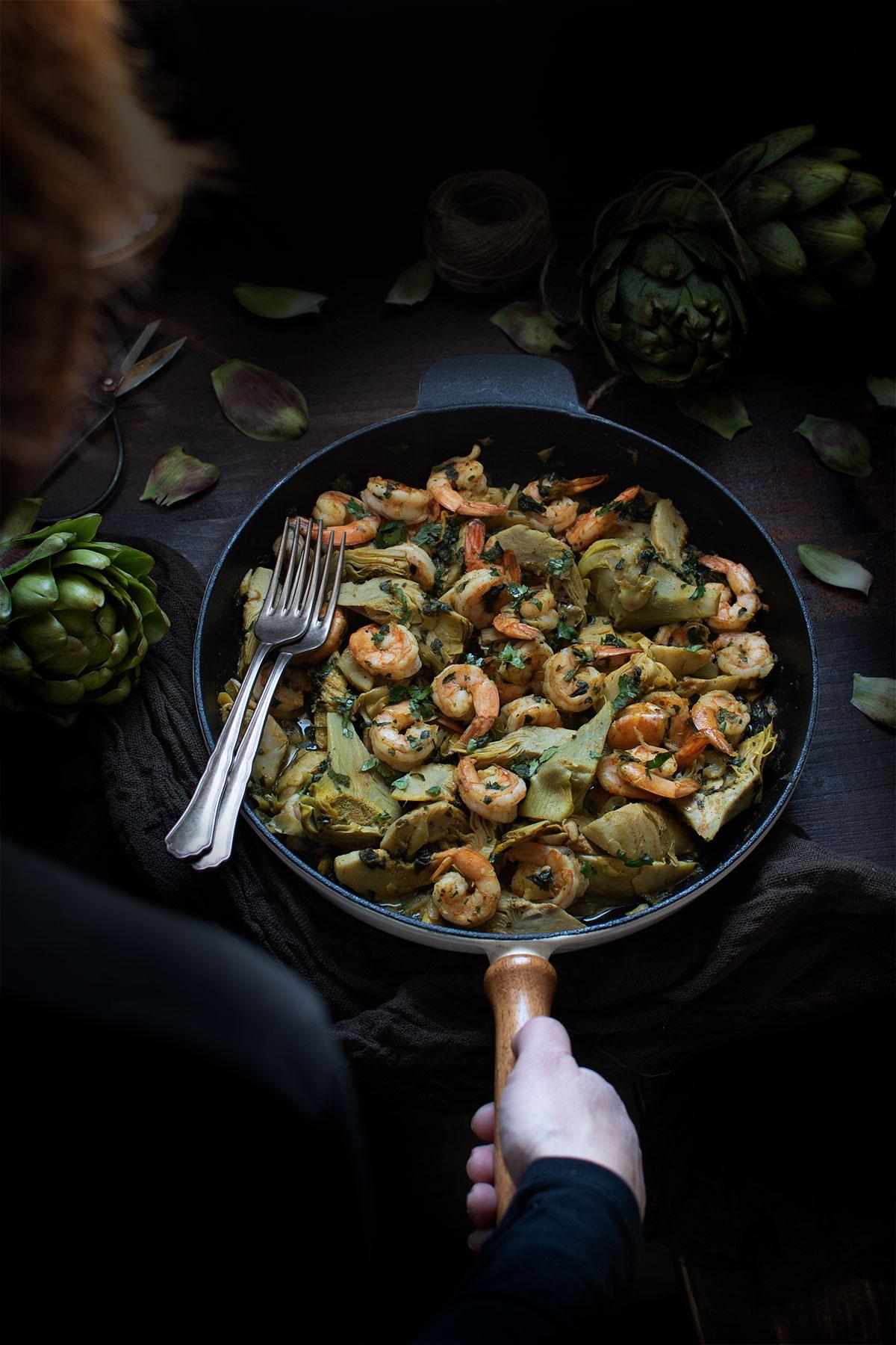 γαρίδες σαγανάκι με αγκινάρες και σπανάκι