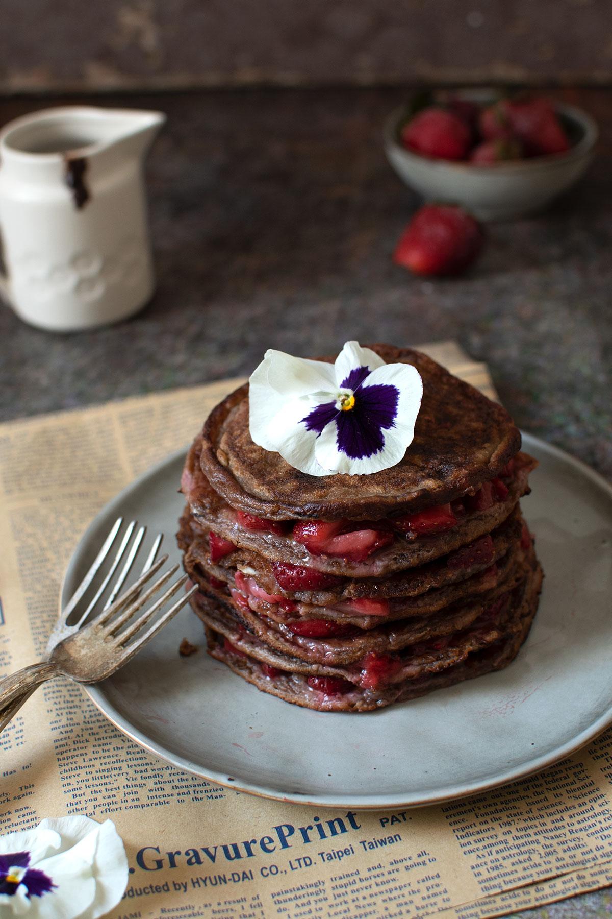 σοκολατένια πανκεικς, σοκολατένια pancakes. με φρούτα