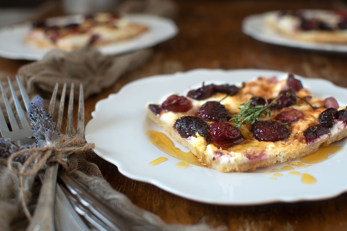 τάρτα με κατσικίσιο τυρί, κατίκι και ψητά κεράσια
