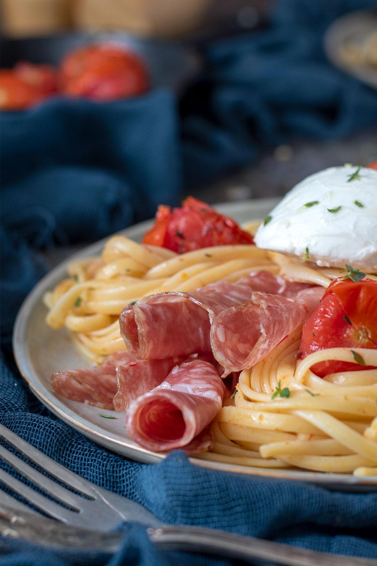 ζυμαρικά με ψητά ντοματίνια & πικάντικο σαλάμι spianata
