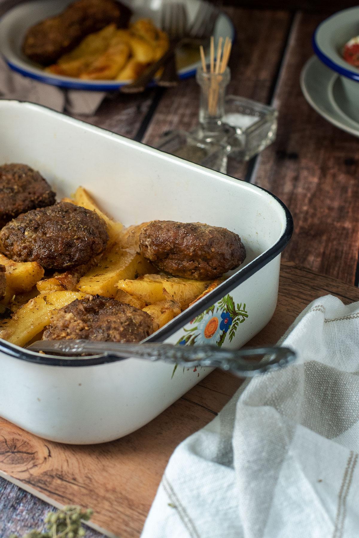 αφράτα μπιφτέκια με πατάτες στο φούρνο