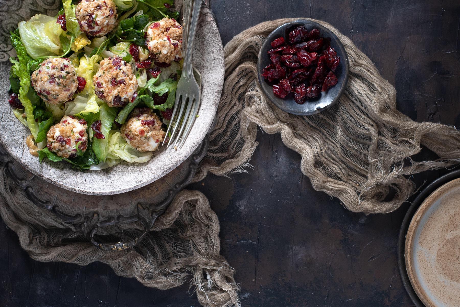 πράσινη σαλάτα φρεσκούλης με μπαλίτσες τυριών, τρούφακια τυριών, παστέλι, cranberries