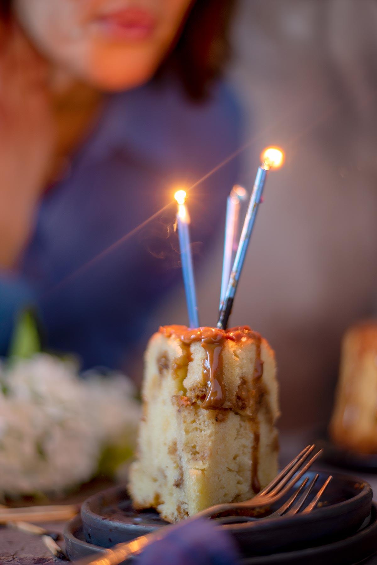 κέικ γεμισμένο με καραμέλα και καραμελωμένα καρύδια