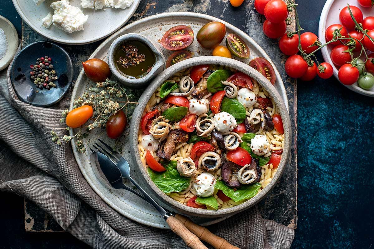 καλοκαιρινή σαλάτα, κριθαράκι, γαύρος, μελιτζάνα, μυζήθρα
