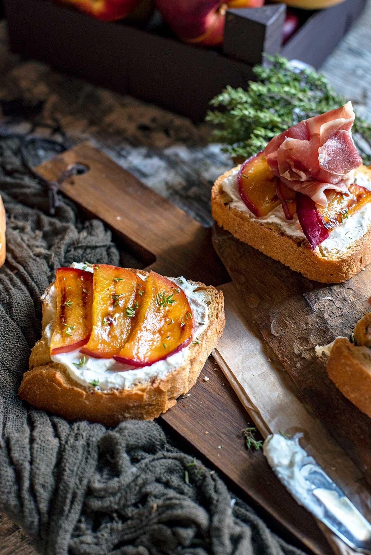 καλοκαιρινή μπρουσκέτα, ροδάκινο, τυρί